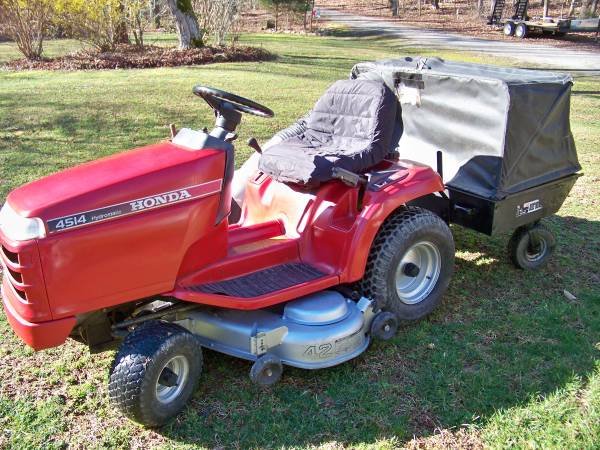 Photo Honda 4518 Lawn Tractor with collection system - $1300 (Louisa)