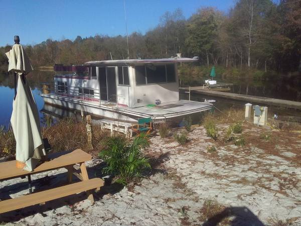 Photo Lake houseboat rv cer cing tiny house (disputanta va)