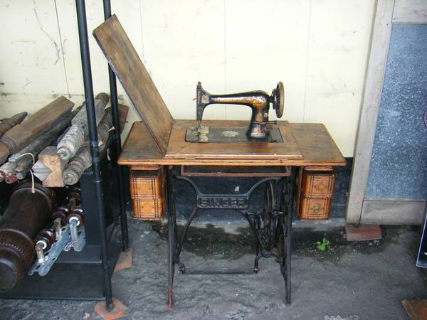 Photo Singer Sewing Machine  Cabinet - $150 (Paul39s Place)