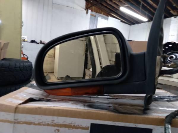 Photo 2002 GMC Envoy driver39s side heated mirror with turn signal - $40 (Richmond)