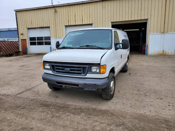 Photo Parting out 2006 Ford E-250Call for parts (New Paris)
