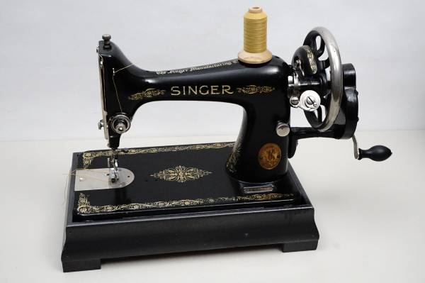 Photo ANTIQUE SINGER SEWING MACHINE HAND CRANK FOR SHOW OR SEW - $180 (KASSON)