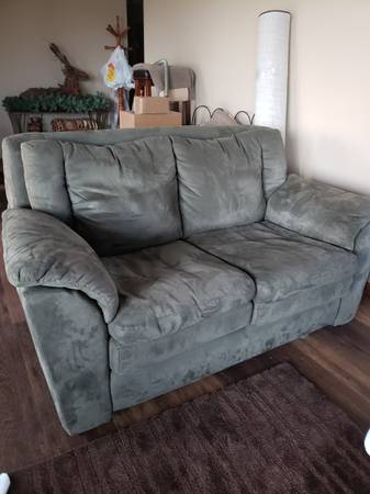 Photo BEAUTIFUL Olive Green Soft Ultra-Suede Leather Love Seat (set of 2) - $375 (Byron)