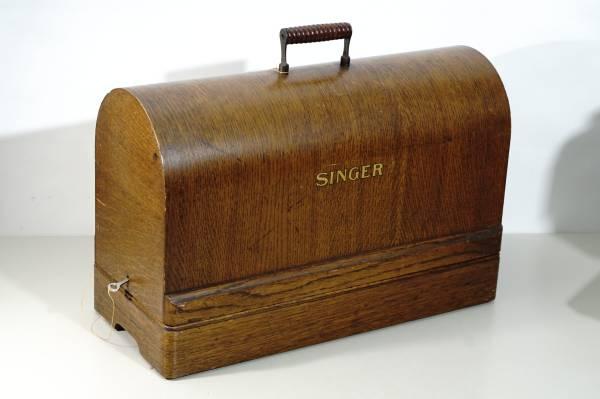 Photo FULL SIZE Vintage SINGER Sewing Machine Bentwood Dome Case wKEY 201-2 - $100 (KASSON)