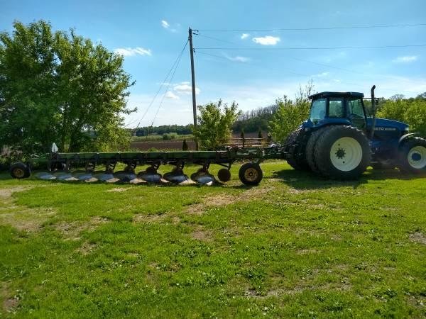 Photo John Deere 2800 8 bottom on-land Vari-width plow - $3,795 (SAINT CHARLES)