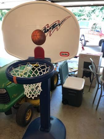 Photo Little Tikes basketball hoop - $55