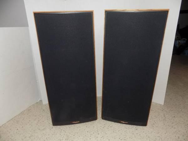 Photo Pair of Vintage Klipsch 9 in 3 Way Oil Oak Wood Tower Speakers - $450 (415 Olive Street)