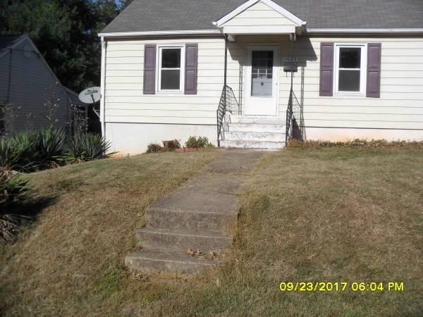 Photo 2bed BIG HOUSE near the Mellow Mushroom on Franklin rd $849 (roanoke city)