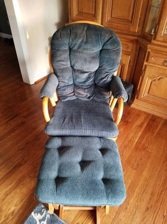 Photo Rocking Chair wOttoman - $200 (Cave Spring)
