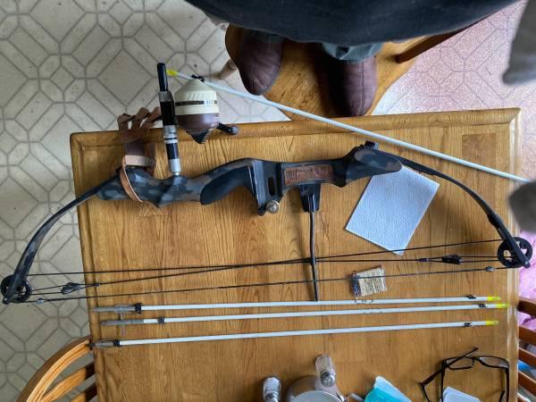 Photo Fishing compound bow 4 bow fishing arrows - $175 (Hamlin)