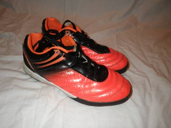 Photo Tieboo indoor youth size 3.5 soccer cleats - $2 (Victor)