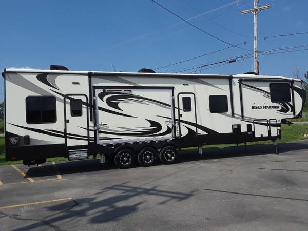 Photo Used 2019 Hearland Road Warrior 4275 Toy Hauler 5th wheel - $71,995