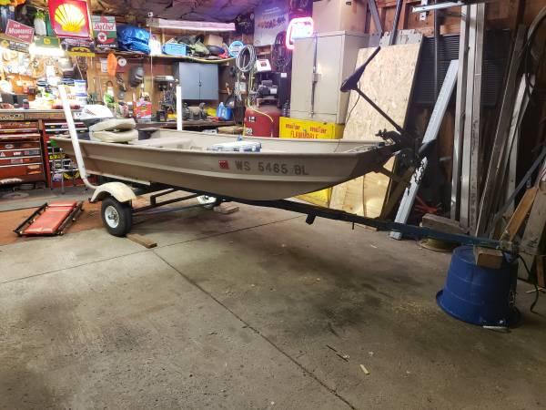 Photo 1239 jon boat with 9.5hp Evinrude - $1,000 (WINDLAKE)