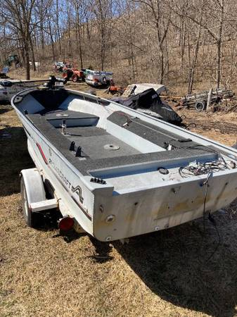 Photo 16 Ft. Alumacraft fishing boat, no motor - $1,000 (Madison - Belleville area)