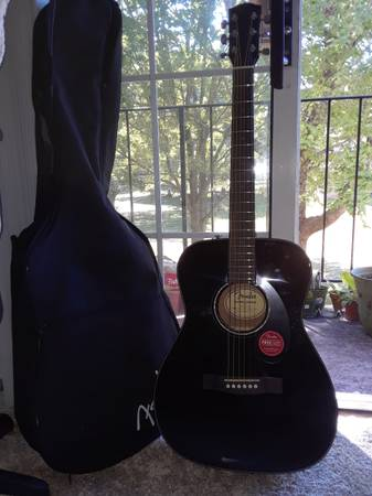 Photo Guitar lightly used - $200 (rockford)