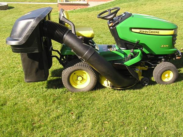 Photo John Deere X304 All Wheel Steer with bagger system and low hours - $2,100 (Morris)