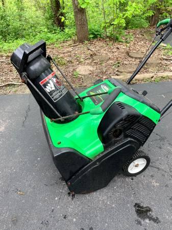Photo Lawn Boy 33005 Insight 20-Inch 141cc 2-Cycle DuraForce Snow Thrower - $30 (Roscoe, IL)