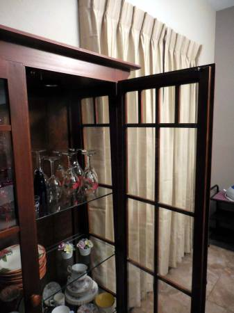 Photo China Cabinet - Ethan Allen - Great Christmas Gift - $450 (las cruces)