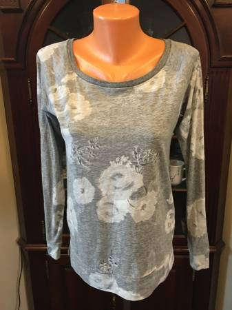 Photo American Eagle gray and white floral sweater size S, M - $10 (Elk Grove)