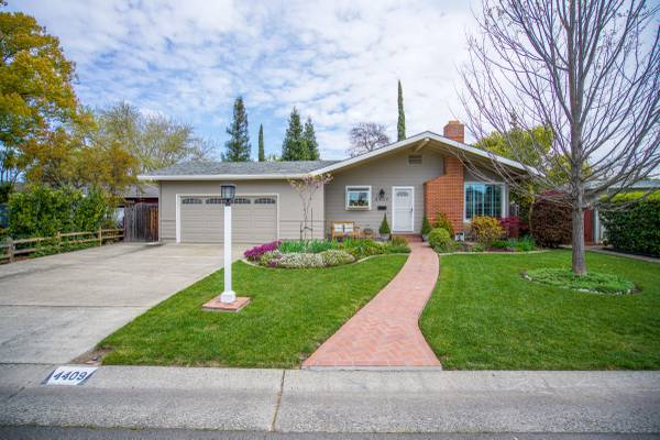 Photo Meticulously maintained mid century ranch on large .28 acre lot (Sacramento)