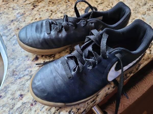 Photo Nike youth futsal indoor soccer shoes - $25 (Sacramento)