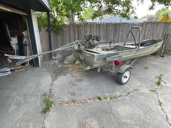 Photo Tracker flat bottom boat w 9hp mud motor - $2,400 (Saginaw)