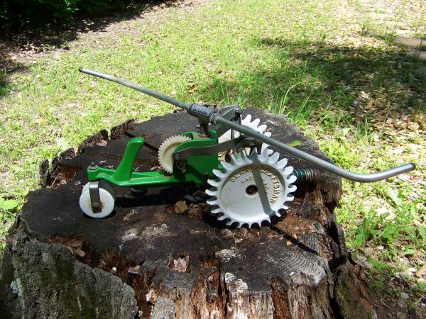Photo VINTAGE SEARS CRAFTSMAN TRACTOR LAWN SPRINKLER CAST IRON - $45 (Pinconning)