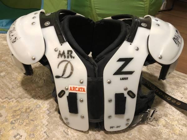 Photo Douglas Football Shoulder Pads  Helmet w gear - $200 (Salem)
