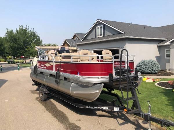 Photo 2019 Sun Tracker Bass Buggy 18 DLX Pontoon Boat - $23,000 (Emporia KS)