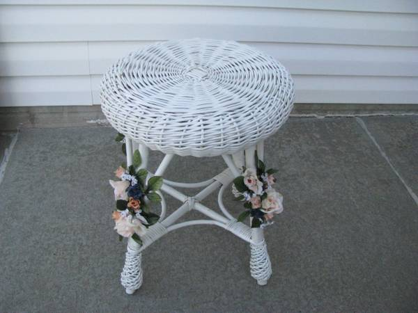 Photo Vintage White Wicker Vanity Chair - $35 (Lincoln)