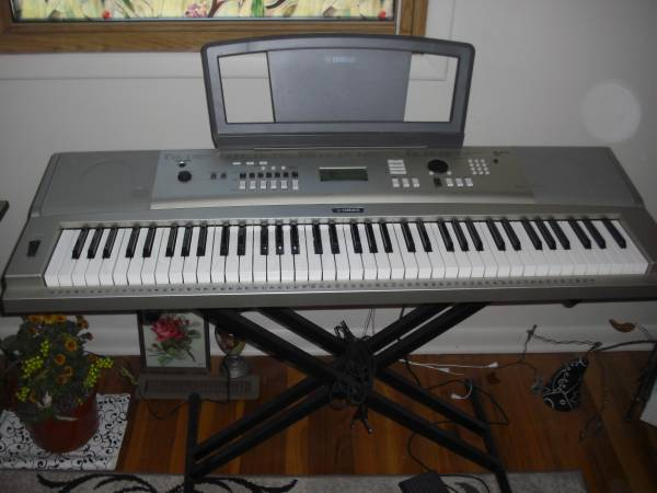 Photo Yamaha keyboardBehringer Keyboard  - $350 (Salina)