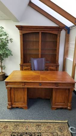 Photo Executive Desk, Hutch and Leather Chair - $995 (South Jordan)