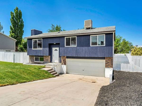 Photo RESTYLED AND REFRESHED DOUBLE LEVEL HOME (West Jordan)