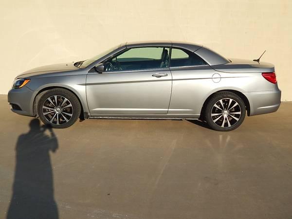 Photo 2013 Chrysler 200 S Hardtop Convertible-Nice - $8995 (San Angelo, Tx.)