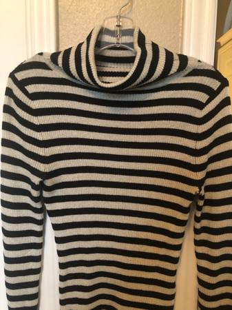 Photo WOMENS SWEATERS AND JEANS - $4 (Round Rock)