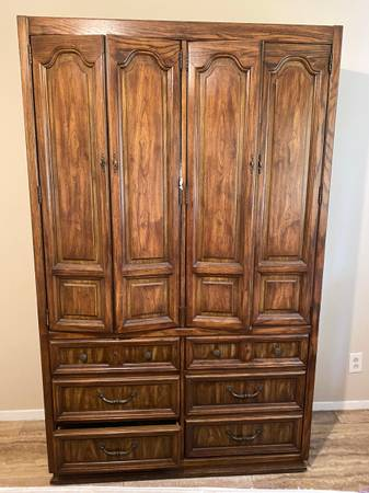 Photo Antique Stnaley Furniture King Bedroom Set - $1,500 (Seguin)