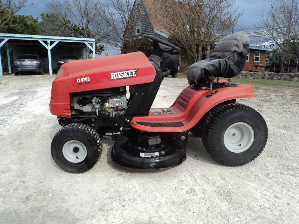 Photo Huskee (by MTD) LT4200 riding mower - $495 (Kerrville)