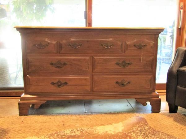 Photo Oak dresser (203) - $350 (San Antonio)