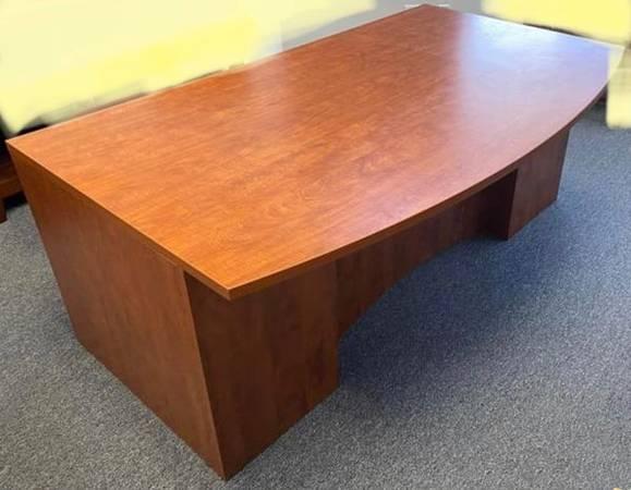 Photo 3 drawer executive desk, 60quot L x 40 D x30H,office desk,computer desk - $1 (UTC)