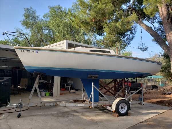 Photo Capri 22 Sailboat with Tohatsu Sailpro 6HP outboard and trailer - $4000 (San Diego)