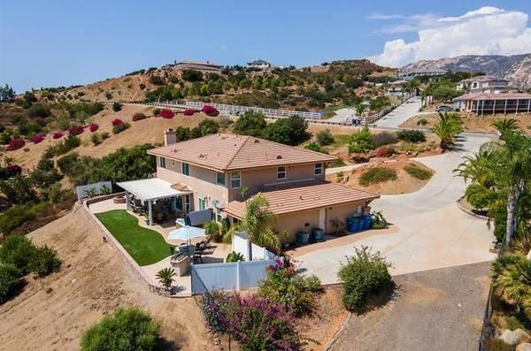 Photo Come home to this - Home in El Cajon. 5 Beds, 4 Baths (El Cajon)