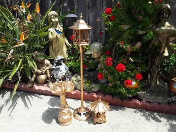 Photo Vintage Cast iron lantern and Classic Sunny Clock decorate garden - $120 (Mira mesa)