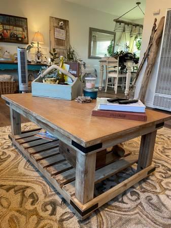 Photo World market coffee table - $160 (La Mesa)
