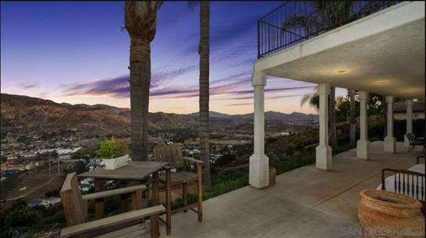 Photo Custom-Built Lakeside Hilltop Home With Striking Mountain Views  (Lakeside)