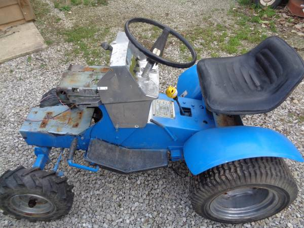 Photo Garden Tractor Sears Hi-Low 2 speed Transmission 8-Speed, Good Tires, - $185 (Seneca Co.)