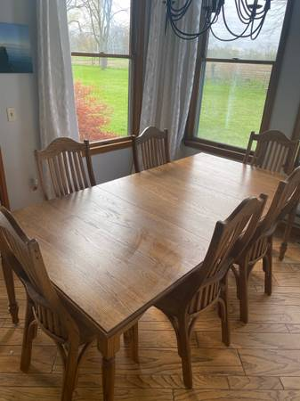 Photo Oak Dining Table w3 Leaves and 6 Chairs - $1,400 (Huron)