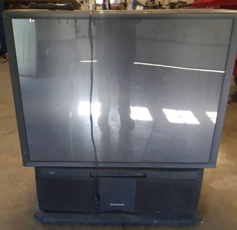 Photo Old School Hitachi big screen TV - $20 (Norwalk)