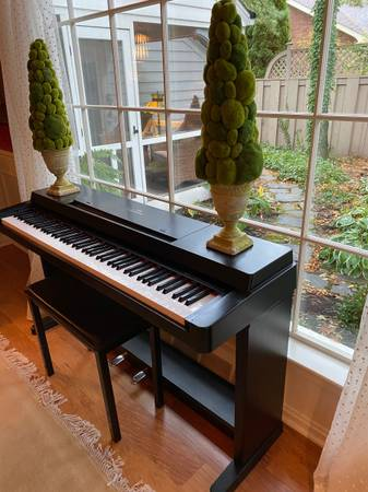 Photo Yamaha Clavinova Piano CLP-360 - $600 (Huron)