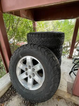 Photo 2008 GMC Sierra SLE OEM 17 inch Wheel  Tires - $700 (San Marcos)