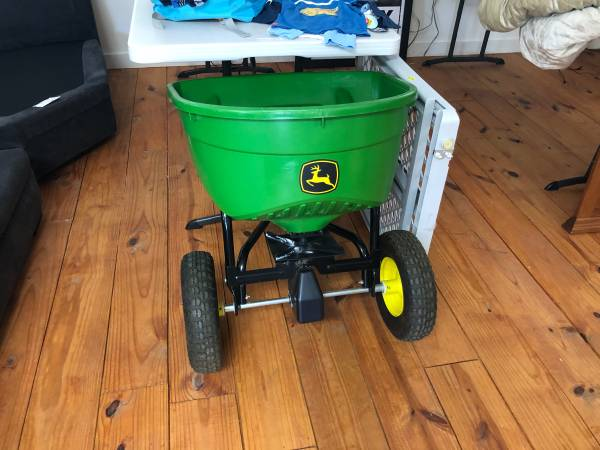 Photo John Deere fertilizer spreader - $100 (San Marcos)